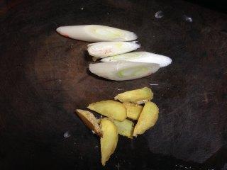 老坛酸菜鱼,葱、姜切片