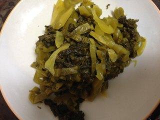 老坛酸菜鱼,酸菜洗净切成丝,泡椒捞出备用