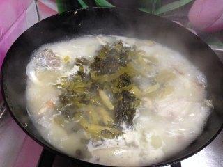 老坛酸菜鱼, 倒入酸菜丝、白胡椒粉、料酒,糖、大火煮10分钟到鱼汤变白