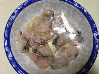 老坛酸菜鱼,鱼片加入盐、胡椒粉、蛋清半个、食用油、料酒腌渍十分钟后再用淀粉抓匀备用