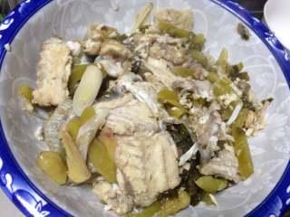 老坛酸菜鱼,调入盐、把汤中料都捞出来铺在碗底