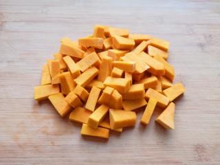 奶香南瓜粥,板栗南瓜去皮去瓤,洗干净切成块。