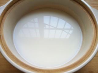 奶香南瓜粥,纯净水和牛奶一起放进砂锅烧开。