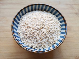 奶香南瓜粥,准备好燕麦片。