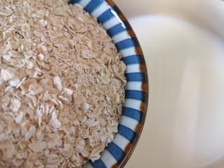 奶香南瓜粥,锅开以后调小火,下入燕麦片。