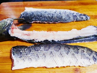 老坛酸菜鱼,将鱼沿着背部片成两部分