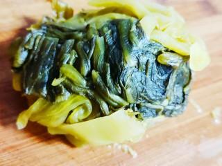 老坛酸菜鱼,切段后挤出酸水备用