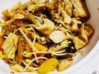老坛酸菜鱼,捞起放入酸菜豆芽上面