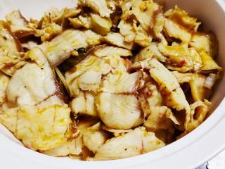 老坛酸菜鱼,将煮好的鱼片放入碗的上面
