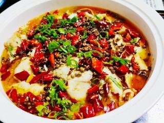 老坛酸菜鱼,浇上热油,撒上葱花即可
