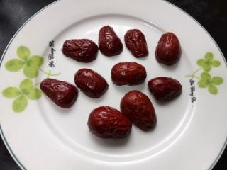 南瓜糯米糕,在蒸南瓜时开始将枣子对半切开,中间籽部分不要