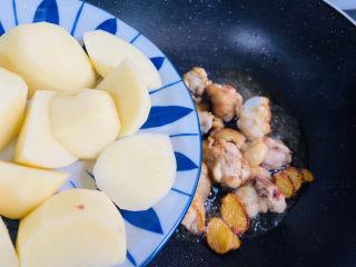 红烧土豆鸡块,倒入土豆块