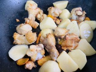 红烧土豆鸡块,翻炒片刻