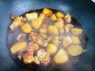 红烧土豆鸡块,大火烧开转中火煮二十分钟左右