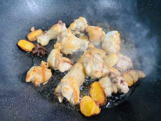 红烧土豆鸡块,翻炒至表面金黄