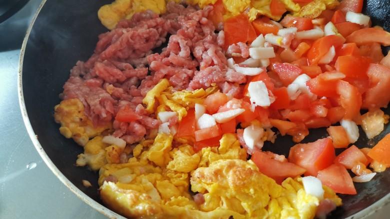妈妈味道,鸡蛋面疙瘩汤,加入肉末、西红柿翻炒