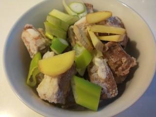 豆鼓蒸排骨,把切好的葱姜蒜放入碗中。
