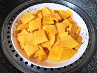 南瓜芝麻球,放在盘子里隔水蒸熟(15分钟左右就蒸熟了)。