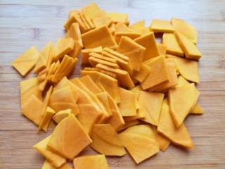 南瓜芝麻球,板栗南瓜去皮去瓤洗干净切成片。