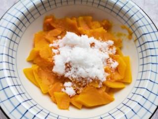 南瓜芝麻球,蒸熟的南瓜片从蒸锅里取出,放进大一点的碗里,加入纯牛奶和绵白糖。