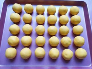 南瓜芝麻球,分成15-16g一份搓圓備用。