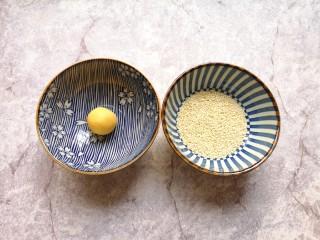 南瓜芝麻球,准备两个小碗,一个小碗底放上一点点水,一个小碗里放上熟白芝麻,先把南瓜糯米球放进有水的小碗里沾上水。