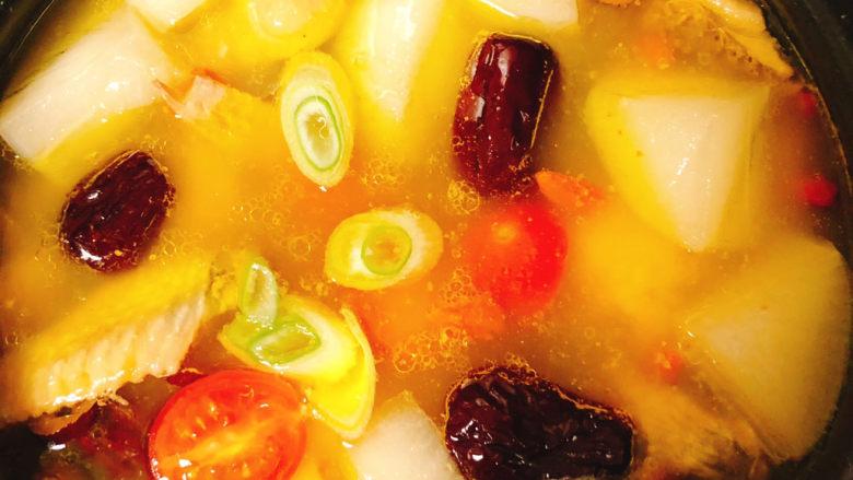 冬日暖身鸡汤,汤煮到剩8分钟的时候放入小番茄和大葱煮开就行了
