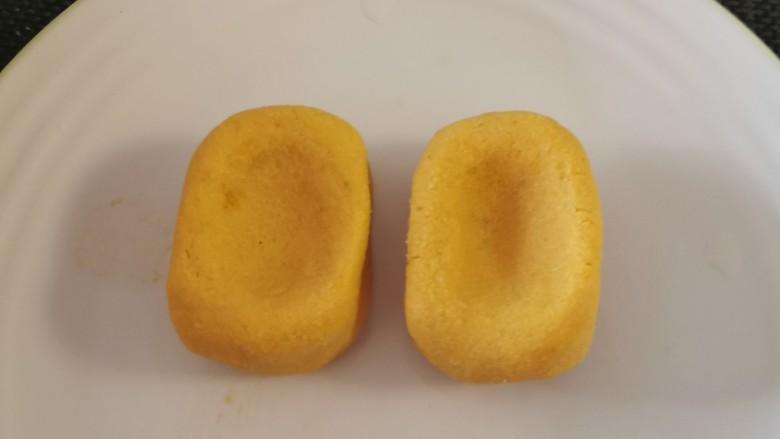 南瓜糯米糕,塑成长方形  用大拇指按下一个窝