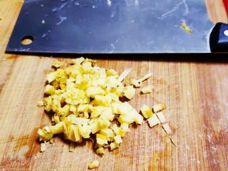 雪菜肉丝面,切入少量姜片剁沫