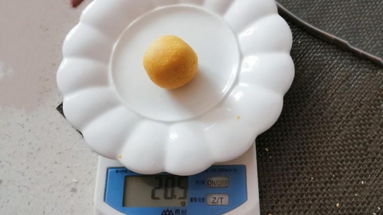 南瓜芝麻球,分成小剂子  称重 每个约20克左右