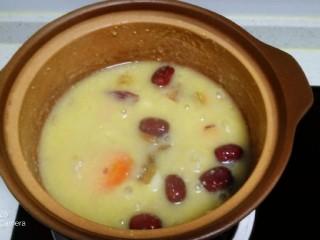 粗粮八宝粥,煮35分钟,放入葡萄干