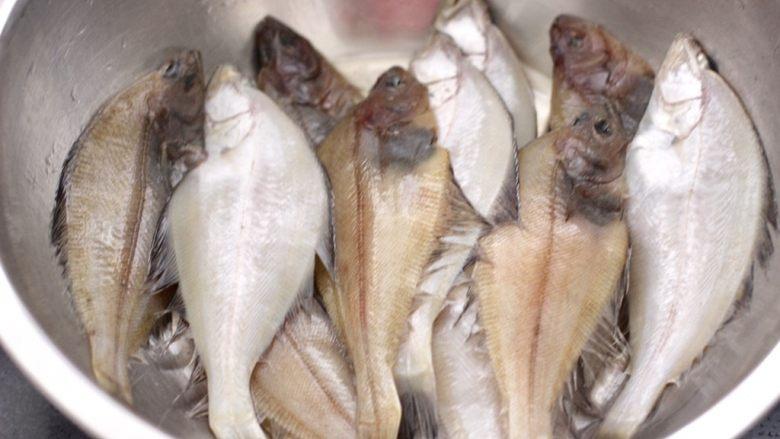 香辣孜然片口鱼,把片口鱼先用清水冲洗一下,放入盆中。