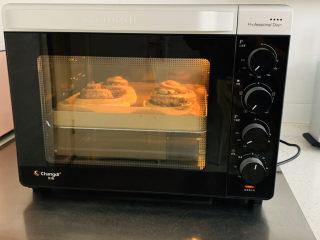 肉桂卷,烤箱提前预热,烤盘放置中成上下火180度,烘烤30分钟。