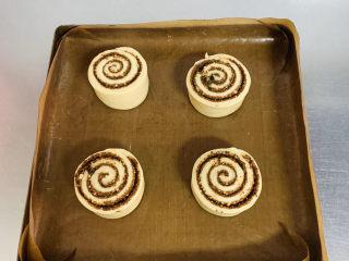 肉桂卷,放入烤盘一次发酵。
