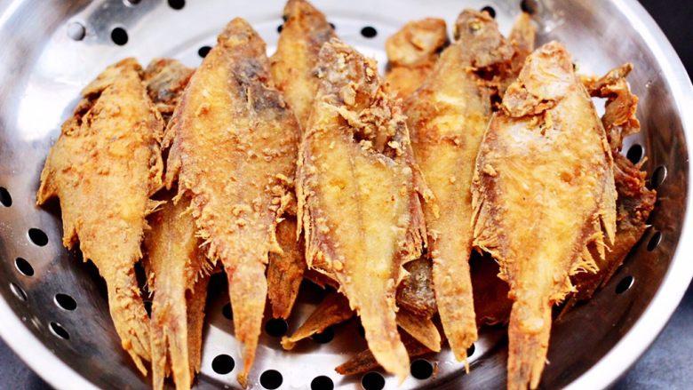 香辣孜然片口鱼,依次炸完所有的片口鱼即可。