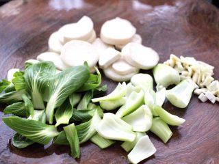 青菜炒香菇,青菜摘洗干净后,用刀切段,大蒜去皮后切碎,杏鲍菇切片后再改一下花刀。
