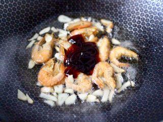 青菜炒香菇,这个时候加入蚝油调味调色。