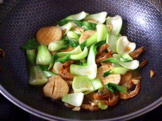 青菜炒香菇,看见青菜断生变色,淋上芝麻油即可关火。