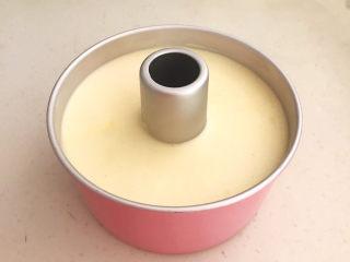 酸奶芝士蛋糕,把蛋糕糊倒入模具中,再把模具端起来摔几下,振出气泡