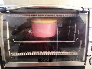 酸奶芝士蛋糕,这是烤20分钟左右的样子