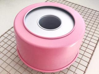 酸奶芝士蛋糕,把蛋糕倒扣在晾网上面,凉透后脱模