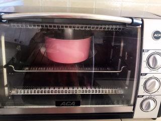 酸奶芝士蛋糕,烤箱上下火150W提前预热10分钟,再把蛋糕模具放入烤箱