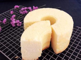 酸奶芝士蛋糕,切开看看,组织细腻,香甜松软,如果趁热撕开蛋糕的话能看到有细细的拉丝~