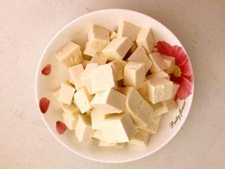 糖醋焦熘豆腐,把北豆腐切成小块