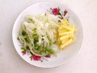 糖醋焦熘豆腐,鲜姜切成丝,大葱切成葱花