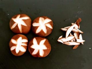糖醋焦熘豆腐,把香菇切成花刀