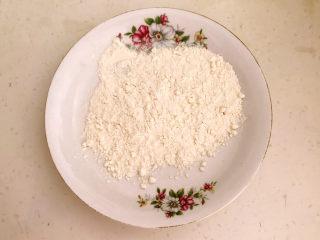 糖醋焦熘豆腐,普通面粉放入盘中
