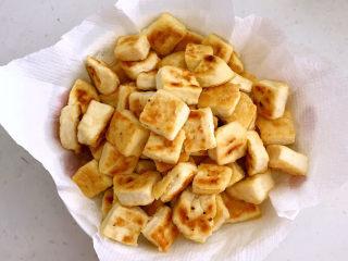 糖醋焦熘豆腐,把煎好的豆腐盛出来备用