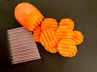 糖醋焦熘豆腐,胡萝卜削皮后用狼牙刀切成薄片