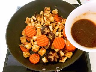 糖醋焦熘豆腐,加入碗汁